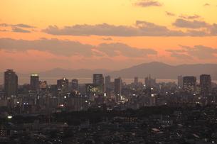 神戸市灘区付近から眺める神戸港と三宮方面の夕景の写真素材 [FYI04077893]
