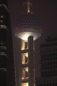上海陸家中心緑地から望む浦東の高層ビルの夜景の写真素材 [FYI04077906]