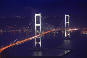鍋島山から望む白鳥大橋の夜景の写真素材 [FYI04077917]