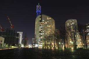 横浜美術館付近から眺めるみなとみらいの夜景の写真素材 [FYI04077920]