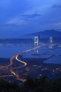 鍋島山から望む白鳥大橋の夕景の写真素材 [FYI04077921]