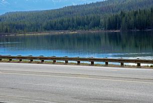 ワプタ湖と道路の写真素材 [FYI04078131]