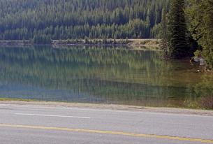 ワプタ湖と道路の写真素材 [FYI04078132]