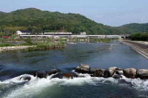 津山線旭川橋梁を走るキハ47系気動車の写真素材 [FYI04078134]