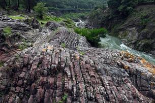 飛水峡 -層状チャートからなる飛騨川峡谷-の写真素材 [FYI04078291]