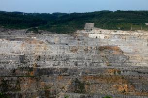八戸キャニオン 石灰岩の露天掘り鉱山の写真素材 [FYI04078331]