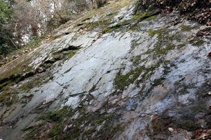 鏡岩 鏡のように光る断層面の写真素材 [FYI04078337]