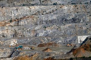 八戸キャニオン 石灰岩の露天掘り鉱山の写真素材 [FYI04078347]