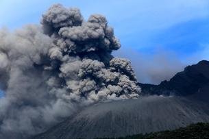 平成27年6月,桜島南岳火口からの爆発的噴火の写真素材 [FYI04078348]