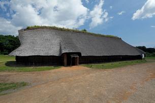 8月夏 三内丸山遺跡 日本最大の縄文遺跡の写真素材 [FYI04078351]