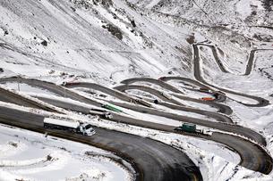 ポルティージョの雪山と道路の写真素材 [FYI04078357]