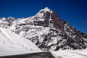 ポルティージョの雪山と道路の写真素材 [FYI04078366]