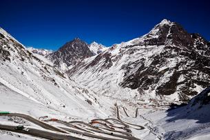 ポルティージョの雪山と道路の写真素材 [FYI04078375]