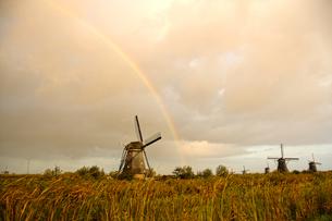 世界遺産キンデルダイクに架かる虹2の写真素材 [FYI04078382]