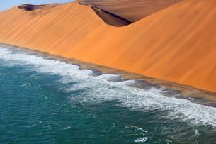 ナミブ砂漠と大西洋の写真素材 [FYI04078385]