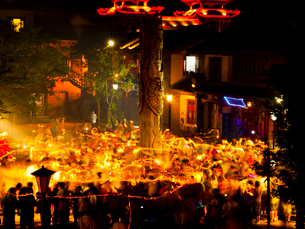 中国 雲南省 楚雄古城 松明祭りの写真素材 [FYI04078389]