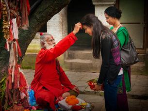 ネパール ダクシンカリのティカをつけるサドゥーの写真素材 [FYI04078395]