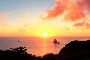 小笠原諸島母島 夕日ヶ丘より望む海に夕日の写真素材 [FYI04078404]