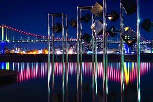 晴海埠頭から見るレインボーブリッジとオブジェの写真素材 [FYI04078481]