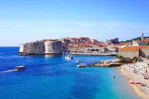 クロアチア ドブロヴニク旧市街とバニエビーチの写真素材 [FYI04078505]