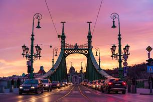自由橋と夕焼けの写真素材 [FYI04078517]