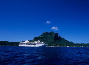 客船ポールゴーギャン ボラボラ島の写真素材 [FYI04078571]