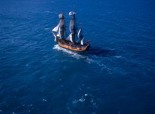 帆船バークエンデバーの空撮の写真素材 [FYI04078607]