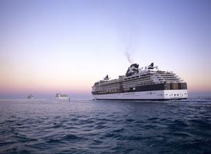 夕景の中を出港する客船 セレブリティーコンステレーションの写真素材 [FYI04078660]