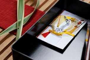ソードリーフとケースの中の御祝儀袋の写真素材 [FYI04078861]