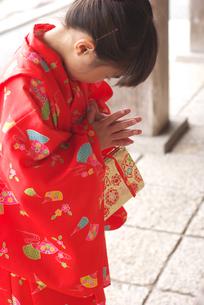 初詣でお参りをする女の子の写真素材 [FYI04078864]