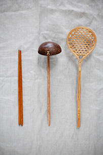 取り箸とお玉とざるお玉の写真素材 [FYI04078868]