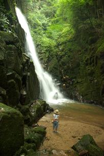 滝と女の子の写真素材 [FYI04078874]
