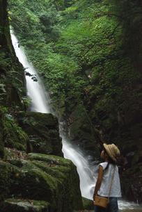 滝と女の子の写真素材 [FYI04078876]