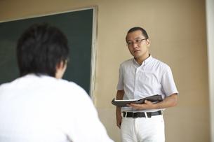 生徒を教える先生の写真素材 [FYI04078889]