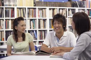 図書室で話をする生徒達の写真素材 [FYI04078899]