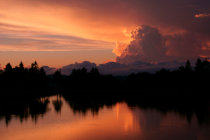 夕日に染まる積乱雲と茶臼湖 茶臼山高原の写真素材 [FYI04078992]