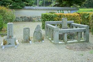 松尾芭蕉の墓碑(右)と一族の墓 萬寿寺(元・長福寺)の写真素材 [FYI04078994]