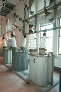 旧八百津発電所資料館 本館 送電棟・母線室の変圧器の写真素材 [FYI04079048]