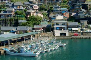 遊木浦漁港と遊木町の家並みの写真素材 [FYI04079078]