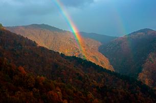 虹と山並みの写真素材 [FYI04079116]