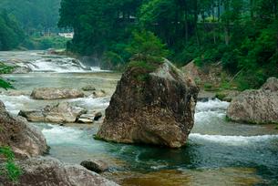 鳳来峡・板敷川(別称)宇連川 たち岩 の写真素材 [FYI04079166]