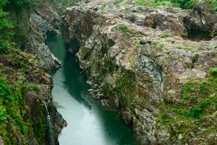 飛水峡 上麻生橋からの上流方面 の写真素材 [FYI04079191]