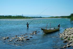 鮎のガリ漁(ころがし漁)・木曽川と川舟,の写真素材 [FYI04079212]
