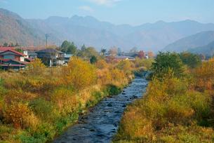 早朝の西野川,北方の山並み,の写真素材 [FYI04079233]