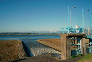 排水・立田排水機場より木曽川に流れ入る立田輪中の悪水の写真素材 [FYI04079282]