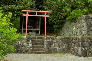 竹中氏陣屋  櫓門を潜った右手の稲荷神社の写真素材 [FYI04079444]