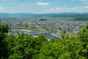 岐阜城 搦手道 瞑想の小径  長良川競技場と鷺山方面を見るの写真素材 [FYI04079467]