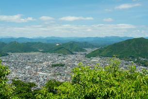 岐阜城 搦手道 瞑想の小径  長良川競技場と鷺山方面を見るの写真素材 [FYI04079479]