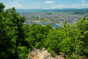 岐阜城 搦手道 瞑想の小径  長良川競技場と鷺山方面を見るの写真素材 [FYI04079483]
