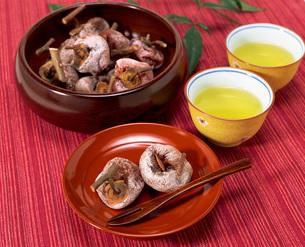 お茶と紅干し柿の写真素材 [FYI04079610]